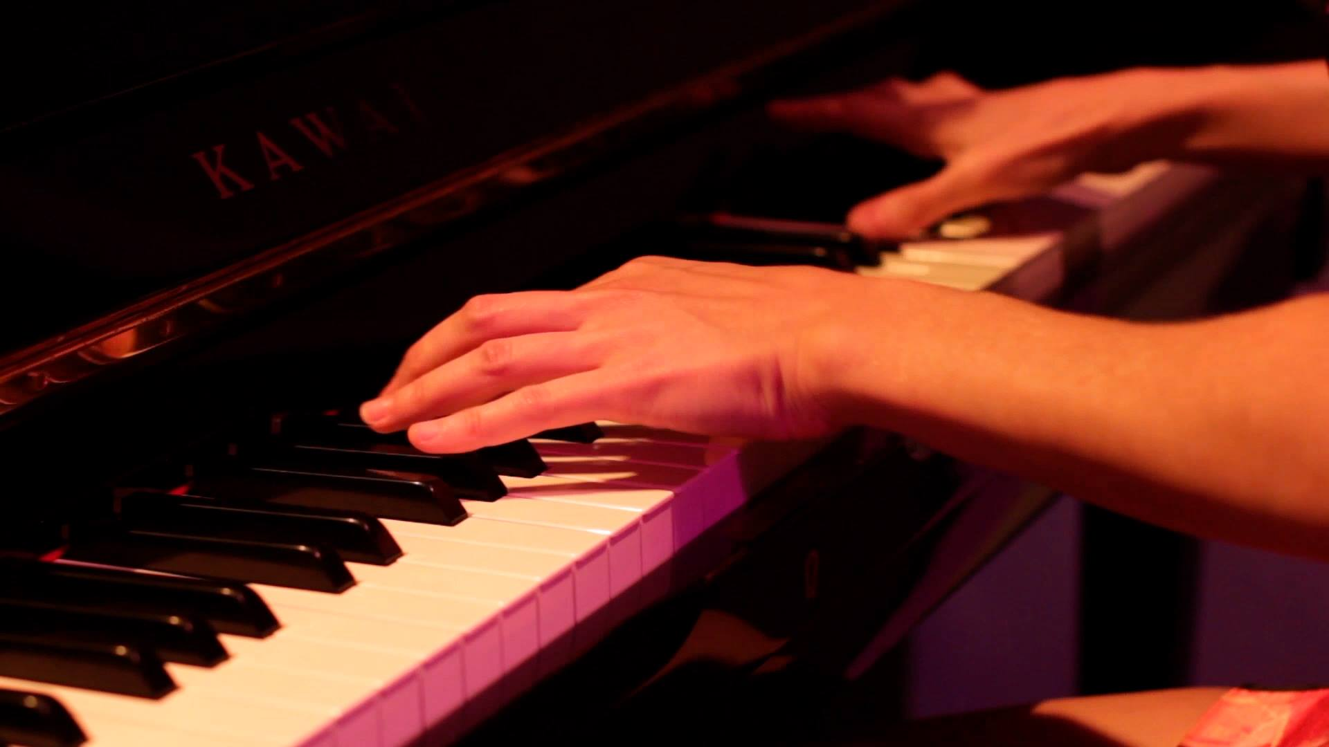 IMÁGENES. VERSONAUTAS. Música y poesía. Roqui Albero (trompeta, flugelhorn y voz) y Ana Sanahuja (piano, teclados). Grabación vídeo teaser en Hat Gallery.